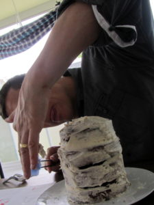 Furby-Cake, die 4 Schokoladen-Cakes wurden aufeinander gestappelt und nun grundiert